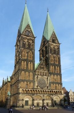 Bremen_Domtürme_von_Rathausstufen_19h51b4h